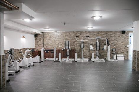 Træningsrum med HUR maskiner på Feriecenter Slettestrand